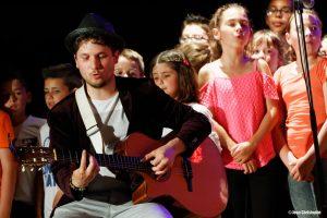 Les 250 enfants du Choeur Dom accompagné par bAM Hatson sur leur création